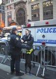 O agente da polícia do departamento K-9 e K-9 do trânsito de NYPD persegue o fornecimento da segurança no Times Square durante a s Imagem de Stock Royalty Free