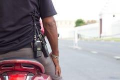 O agente de segurança vai à área da inspeção com uma radiocomunicação Fotos de Stock