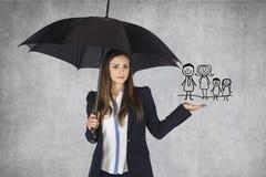O agente de seguros apresenta o seguro da família da oferta fotos de stock royalty free