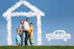 O agregado familiar com quatro membros sonha sobre a casa e o carro, colagem