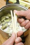O aipo é cortado e aprontado para uma sopa saudável Foto de Stock Royalty Free