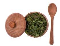 O aipo secado e moído esverdeia em um frasco de madeira Imagem de Stock