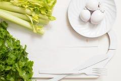 O aipo verde fresco provem no close up de madeira da placa de corte salsa e alho do aipo cozinhando o alimento Copie o espaço, vi Foto de Stock Royalty Free
