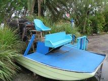O airboat velho do carrinho de pântano entrou na terra na área tropical imagens de stock