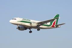 O Airbus A319-111 EI-IMW Alitalia está aterrando no aeroporto de Pulkovo Foto de Stock Royalty Free
