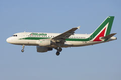 O Airbus A319-111 EI-IMW Alitalia no close up do perfil Foto de Stock Royalty Free