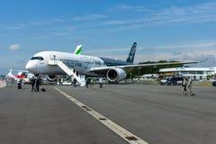 O Airbus o mais novo A350-900 XWB no aeródromo Imagens de Stock Royalty Free