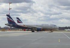 O Airbus A318 -321 (VQ-BCM) Aeroflot estacionou no aeroporto de Sheremetyevo moscow Imagens de Stock Royalty Free