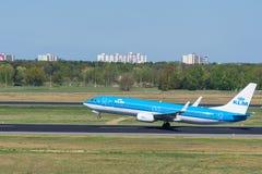O airlane de KLM Boeing 737-800 decola no aeroporto de Berlin Tegel Fotos de Stock