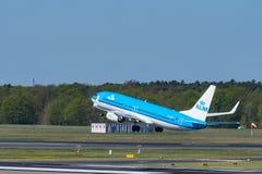 O airlane de KLM Boeing 737-800 decola no aeroporto de Berlin Tegel Imagem de Stock Royalty Free