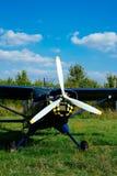 O airpane azul estacionou na grama no aeródromo Foto de Stock