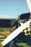O airpane azul estacionou na grama no aeródromo Fotos de Stock