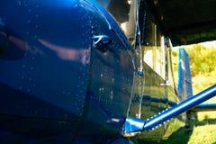 O airpane azul estacionou na grama no aeródromo Imagem de Stock