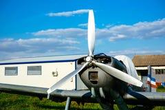 O airpane cinzento estacionou na grama no aeródromo Imagens de Stock Royalty Free