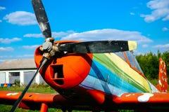 O airpane de Colorfull estacionou na grama no aeródromo Foto de Stock