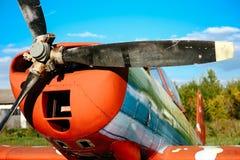 O airpane de Colorfull estacionou na grama no aeródromo Fotografia de Stock Royalty Free