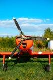 O airpane de Colorfull estacionou na grama no aeródromo Imagens de Stock Royalty Free