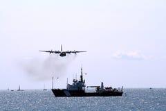 O Airplain acima do navio em Airshow Foto de Stock Royalty Free