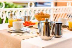 O ajuste continental da tabela de café da manhã da manhã com opinião do mar é ser fotografia de stock