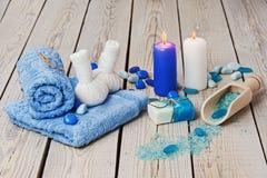 O ajuste da massagem dos termas com a compressa erval tailandesa carimba. Imagem de Stock