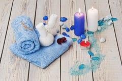 O ajuste da massagem dos termas com a compressa erval tailandesa carimba. Fotos de Stock Royalty Free