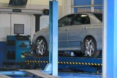 O ajuste da suspensão e o alinhamento de roda do automóvel trabalham no representante imagens de stock royalty free