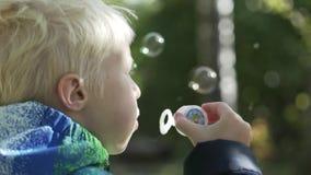 O albino do menino funde bolhas video estoque
