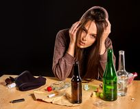 O alcoolismo da mulher é problema social Saúde bebendo fêmea dos pobres da causa fotografia de stock royalty free