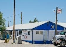 O AleInn pequeno situado em Rachel, Nevada imagens de stock royalty free