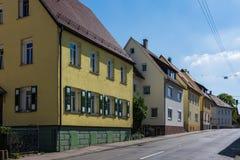 O alemão típico dirige a rua da cidade fora da arquitetura europeia Fotos de Stock Royalty Free