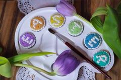 O alfabeto da paleta de Eastercookies exprime greetingcards Fotos de Stock