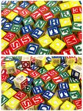 O alfabeto de madeira obstrui o teste padrão aleatório Imagens de Stock