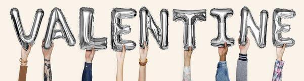 O alfabeto de prata cinzento balloons formando o Valentim da palavra fotos de stock