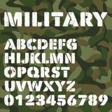 O alfabeto militar velho, as letras corajosas e os números no verde do exército camuflam o fundo Fonte de vetor do estêncil Imagens de Stock