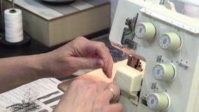 O alfaiate costura na máquina de costura filme