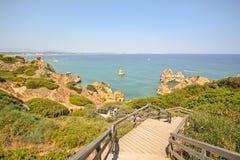 O Algarve: As escadas para encalhar o Praia fazem Camilo perto de Lagos, Portugal Foto de Stock Royalty Free