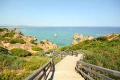 O Algarve: As escadas para encalhar o Praia fazem Camilo perto de Lagos, Portugal fotografia de stock royalty free