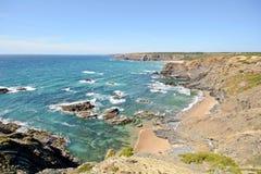 O Algarve: Litoral com penhascos e a praia pequena perto de Praia de Odeceixe, Portugal imagens de stock
