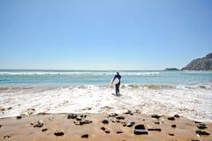 O Algarve: Praia a Dinamarca Arrifana da praia do surfista perto de Aljezur, Portugal Imagens de Stock Royalty Free