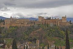 O Alhambra, um palácio e complexo da fortaleza situados em Granada, a Andaluzia, Espanha construída nos mediados do século[XIII imagem de stock