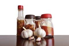 O alho, as especiarias e os condimentos para o alimento centram-se Fotos de Stock Royalty Free
