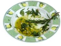 O alho e a erva infundiram o petróleo verde-oliva imagem de stock