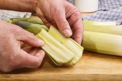 O alho-porro desbastado é considerado antes de cozinhar fotografia de stock royalty free