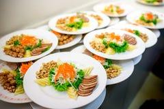 o alimento ajustou-se para o mérito às monges na cerimônia de casamento Religião Fotografia de Stock Royalty Free