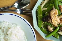 O alimento caseiro ateou fogo a ervilhas com cogumelo e camarão fotografia de stock