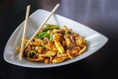 O alimento chinês, Fried Chicken Stir serviu em uma placa branca imagem de stock