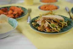 O alimento chinês serviu em uma tabela com pratos tradicionais Imagem de Stock Royalty Free