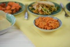 O alimento chinês serviu em uma tabela com pratos tradicionais Imagens de Stock