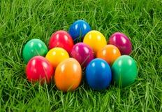 O alimento da grama dos ovos da páscoa colorido come Imagens de Stock Royalty Free
