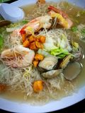 O alimento da rua de Singapura, o marisco e os macarronetes de arroz agitam a fritada Fotos de Stock Royalty Free